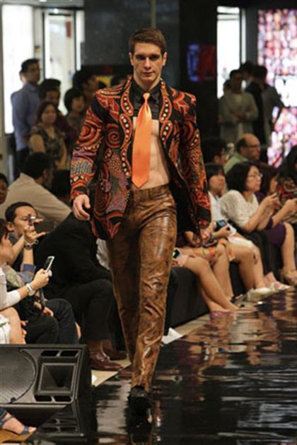 Fashion show batik pria 25